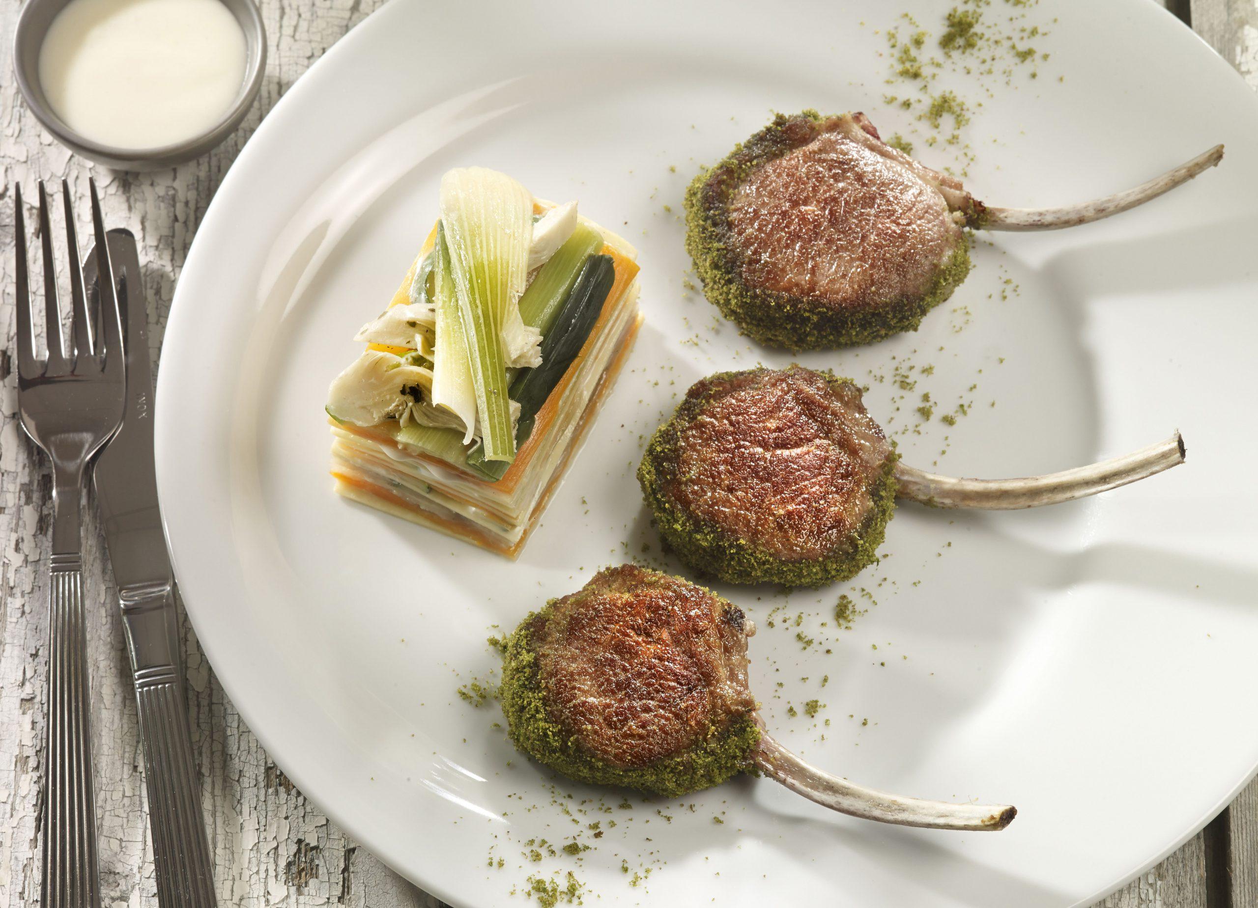 Côtes d'agneau «Nana» persillées au lasagne de légumes et crème d'ail