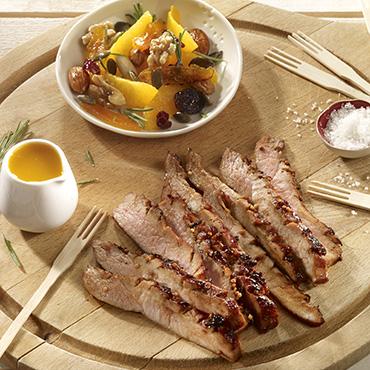 Grillade de porc à la parisienne sur planche, marinade minute et mandarine rôtie aux fruits secs