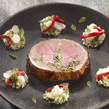 Selle d'agneau farcie au chou vert accompagnée de choux et pousses végétales