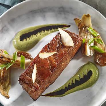 Échine de porc confite à la liégeoise, endive braisée et pois gourmands