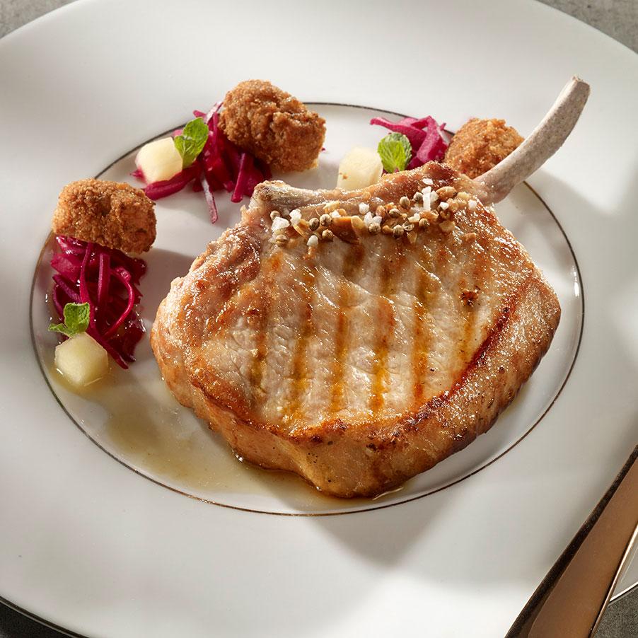 Côte de porc du fermier, «PCPM» (porc chou rouge, pomme maïs), pudding de maïs