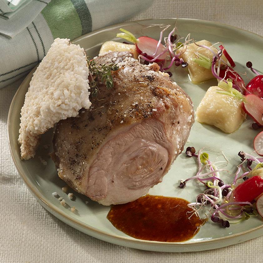 Noix pâtissière d'agneau cuite en croûte de sel, radis rose et gnocchi maison