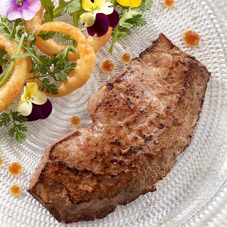 Foie de veau poêlé, bouquet de roquette, beignet d'oignons et réduction de balsamique
