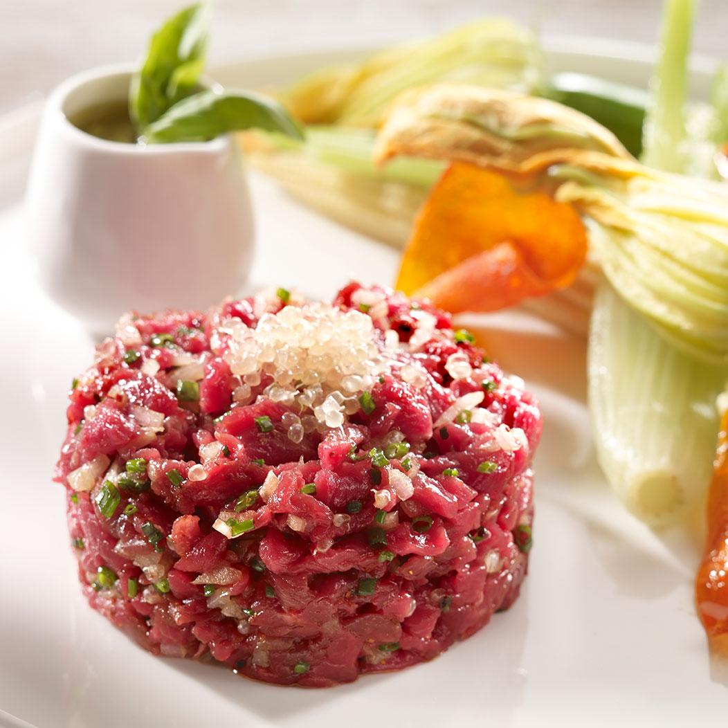 Tartare de bœuf aux couteaux, citron caviar et fleur de courgettes