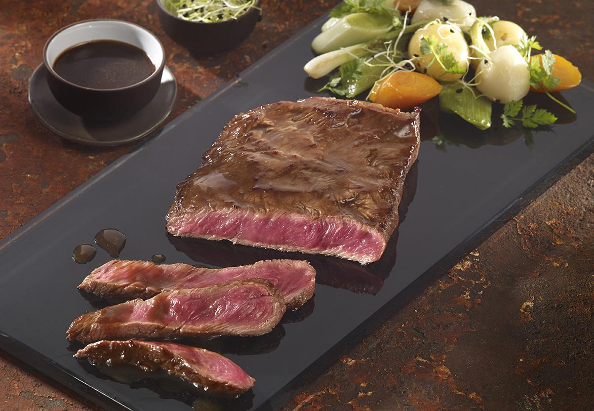 Steak de paleron laqué au jus de pot-au-feu, mini-légumes à pot-au-feu